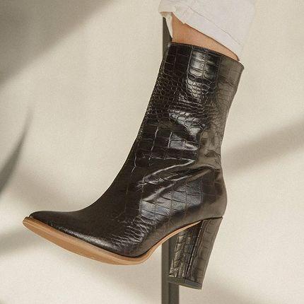 Лимитированная партия ботинок в коже кроко 🐊  В этих ботинках очень мягкая кожа! Хотя, зачастую, эти теснённые под крокодила телячьи кожи очень жесткие (их часто пересушивают, чтобы достичь рельефа кожи крокодила, с впадинками и бугорками). Поэтому они так редко появляются в наших коллекциях 🙌  38,40 3200 грн.  Под заказ шьём в чёрной, коричневой, молочной, бежевой, темно коричневой по цене 3100 грн.  Все у нас 👉 Киев, Ярославов Вал 10Б пн-пт 12:00-20:00 сб-вс 12:00-18:00 С 31 по 7 января включительно - каникулы, производство и офис работать не будут)