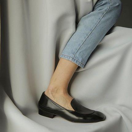 В 1926 году король Великобритании Георг ІV сделал заказ на изобретение туфлей, в которых можно было бы легко и свободно ходить в помещениях его загородного дома. Так появились они, лоферы 🖤 Туфли на широком и устойчивом каблуке, которые можно было легко снимать и обувать.  Наша команда пока вся в тапочках, но ещё неделя и мы, похоже, созреем ходить как короли дома!  А пока, выбрать обувь для королевского домашнего аутфита можно на lookie.com.ua
