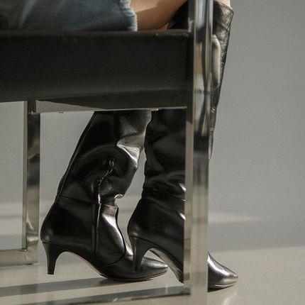 Раньше киттен хилз прочно ассоциировались с политиками и сотрудниками офисов. Но как же хорошо, что эта обувь вышла из рамок делового стиля 🙏 И сейчас все модные бренды показывают в своих коллекциях этот каблук. А Диор сочетает его со всеми образами на свете! Да, это именно этот каблук легче подойдёт под все из вашего гардероба, чем шпилька с высотой 8 см. Не обошло это и сапоги.  Приходите примерять в любимом платье, а потом штанах и вы все поймёте)  В наличии с 36 по 41.  По меркам ноги шьём с 34 по 43.  Стоимость готовых пар 3800.  Пошив стандартного размера с заменой каблука на толстый, и высокой подошвой, 3800 (пишите, отправим фото, как это выглядит)  Если не подходит стандартный размер -  изменяем обхват голенища, размер в области стопы (шьём по меркам) +1000 грн., 4800.  Ярославов Вал 10Б пн-пт 12:00-20:00 сб-вс 12:00-18:00