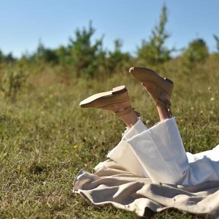 Идея и необходимость создания балеток Asa появилась в путешествии 🌿  Каждый день мы примеряем нашу обувь к разным ситуациям. И находим ее в них: на ужине, вечеринке, крестинах, офисе, в прогулках по городу. Но случилось так, что на Випассане мы ее не нашли. Для древней практики буддистких медитаций не подходила абсолютно ни одна модель нашей обуви. Чтобы пройти к месту медитации, надо было идти лесными тропинкам от кельи, ещё до рассвета, возможно даже в носках, чтобы сразу умоститься на подушку и погрузиться в медитацию. Чтобы ничего не отвлекало и было максимально комфортно. Ни одна остроносая модель, каблучные босоножки не подходили для этого. И стало понятно, надо сделать ее.   Лёгкую, мягкую, неформальную, в сдержанных тонах, чтобы вписывалась в общее состояние покоя и умиротворения. И пусть в ней будут съемные ленты, которые хорошо зафиксируют эту пару по стопе и добавят неформатности и характера. Захотите - их можно снять ❤️  Не прошло и года, выводы медитаций забылись ☺️ Но нерешенная задача прокручивалась в подсознании и прокручивалась, пока не решилась. И мы вспомнили, что давно это задумали.  Для самых расслабленных прогулок и жизни в городе Asa.   Сделали с 36 по 40,  2200 грн.  Киев, ул. Богдана Хмельницкого 45Б вт-пт 15:00-20:00 сб 12:00-19:00 +380 (67) 326 39 37