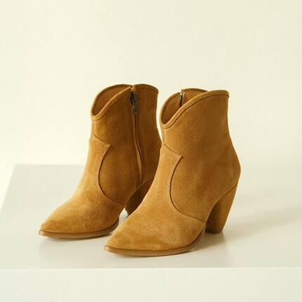 Казаки 🤎 Простые, как классические ботинки до щиколотки, но крой и форма каблука как у казак. Максимально упростили, в стиле #lookieatelier   В двух цветах: чёрной коже и песочной замше. В наличии в шоуруме с 37 по 41. В 34,35,36,42,43 шьём под заказ.