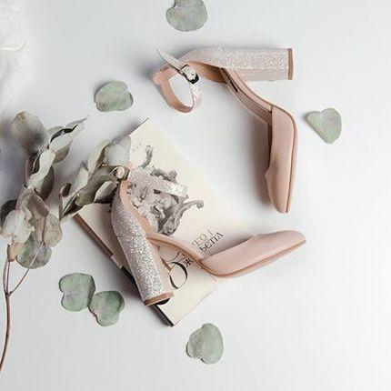 Зачем существует LOOKIE atelier?  Чтобы у каждой девочки была идеальная пара обуви! Мы выделяем 4 направления работы Ателье:  1. Пошив по меркам НОВЫХ моделей обуви. Вы знаете, что нам можно прислать фотографию обуви и мы повторим ее? Проведём примерки, подгонки и доведем пару до максимально удобной посадки! В декабре 2019 года мы повысили цену на эту услугу, и перевели ее в разряд VIP. Все потому, что мы наконец-то собрали цифры за 4 года и проанализировали их. Вывод был очевиден, надо или закрывать полностью это направление или повышать цены ☺️ Остановились на втором варианте.  2. Пошив по меркам НАШИХ моделей обуви. Это значит, что любую модель, что вы видите у нас в ленте, сториз, инста, мы всегда можем пошить под заказ в любом размере, полноте, ширине голенища и даже с каблуками разной высоты. Это не менее сложное направление, все стандартные лекала и колодки корректируются в соотвествии с мерками и проводятся примерки, а потом и подгонки пар. Стоимость такого пошива в зависимости от модели от 300 до 1000 грн к полной стоимости пары, указанной на сайте.  Если вы в другом городе, мы расскажем вам как можно самостоятельно снять мерки и провести примерку наполовину готовой пары дома.  3. Пошив наших моделей в других цветах. Здесь мы не шьём по меркам 🙏 Стоимость такого пошива такая же, как и стоимость готовых пар, независимо какой цвет выберете. Главное условие, пару нужно примерить у нас 🙌 Если подходит, выбрать цвета из палитры и оформить заказ.  4. Корректировка готовых пар под мерки стопы. Суть в том, что если вам давит - не надо ждать пока вырастут шишки. Они проходят годами, а появляются за недели 🙌 Поэтому лучше брать обувь побольше. А если психологически вам комфортнее в обуви потеснее и вы знаете, что любите порой согрешить и взять «чтоб потуже», то останавливайте себя. Прошлись раз, чувствуете дискомфорт, отправляйте нам - мы растянем. Намочим профессиональным спец раствором, добавим шишки на колодку где надо, вставим ее в обувь и колодка растянет пару, 