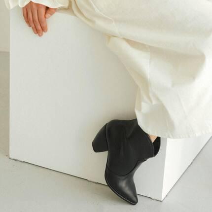 Казаками сложно их назвать, скорее ботинки с отголосками стиля вестерн. Каблук боченок высотой 6 см., и классический острый нос.  В наличии чёрной коже: 35,37,38, в ореховой замше: 39,40. Под заказ шьём с 34 по 41. При пошиве под заказ на эту модель есть возврат/обмен.  С 34-41, с кожей в подкладке 3300 грн.  Костёльная 9, код 1К, 1 этаж  вт-пт 15:00-20:00 сб 12:00-19:00 🖤lookie.com.ua